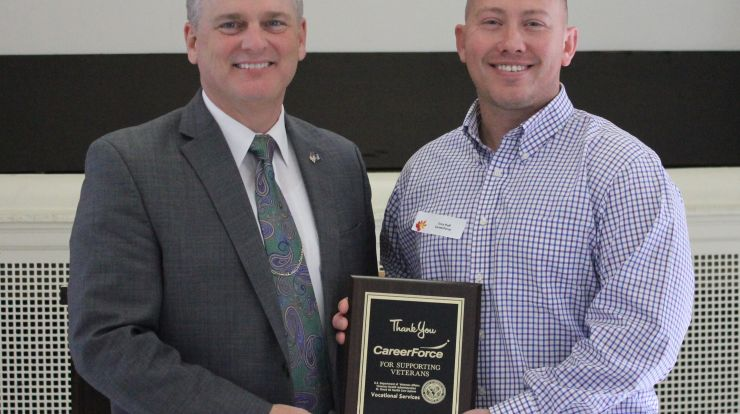 Picture of DVOP Anthony Poff  receiving award from St. Cloud VA