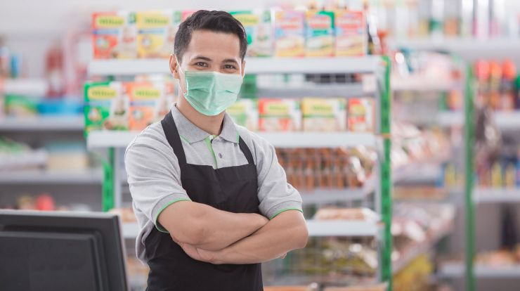 Retail worker wearing a face mask in a store
