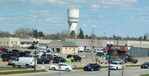 photo of cars lined up for Brainerd drive through career fair April 2021